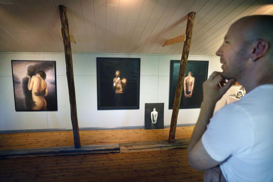 Taiteilija-galleristi Sampo Kaikkonen kertoo viime aikoina pohtineensa menetystä ja suhtautumista elämän vastoinkäymisiin. Vahvuus I (kesk.) ja Vahvuus II (oik.) heijastelevat kamppailuvalmista ja herkkää lähestymistapaa.
