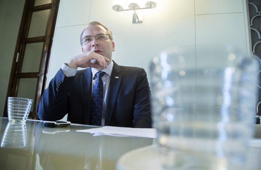 Puolustusministeri Jussi Niinistö (sin.) kertoo ilmavoimien komentajan vaihtuvan.