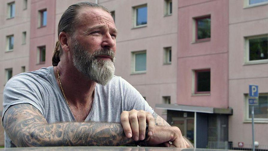 40 vuotta uransa jälkeen korkeushyppääjä Patrik Sjöberg hoitaa lapsuutensa traumaa terapiassa.