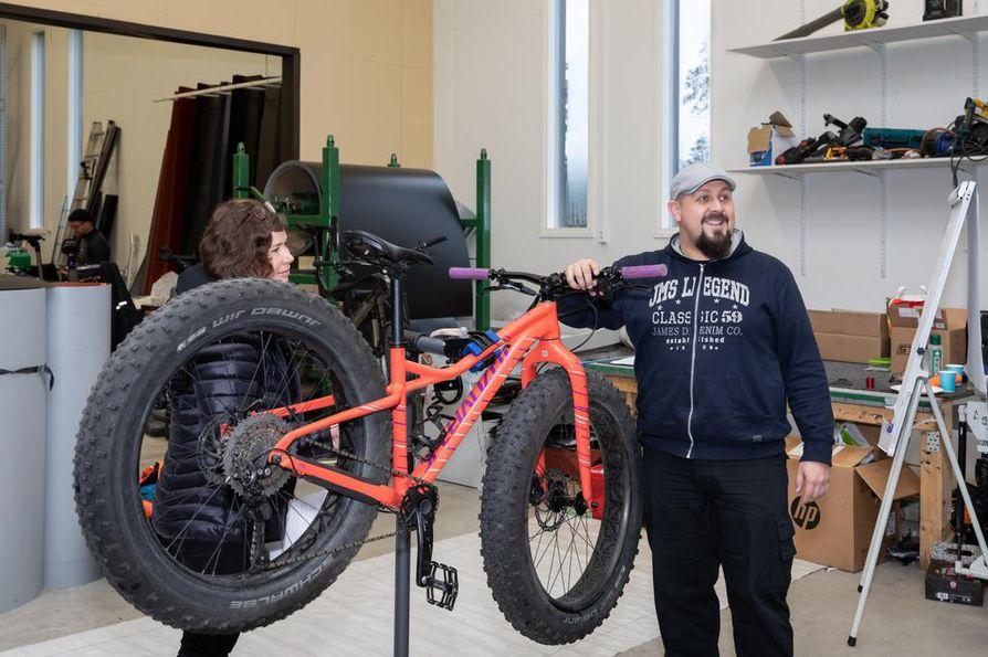 Aloittelijoiden ryhmässä on tavoitteena, että oma ajokki tulee tutuksi. Tomi Kononen kertoo ryhmälle maastopyörän osien nimet. Pukilla on Susanna Matinmikon ajopeli.