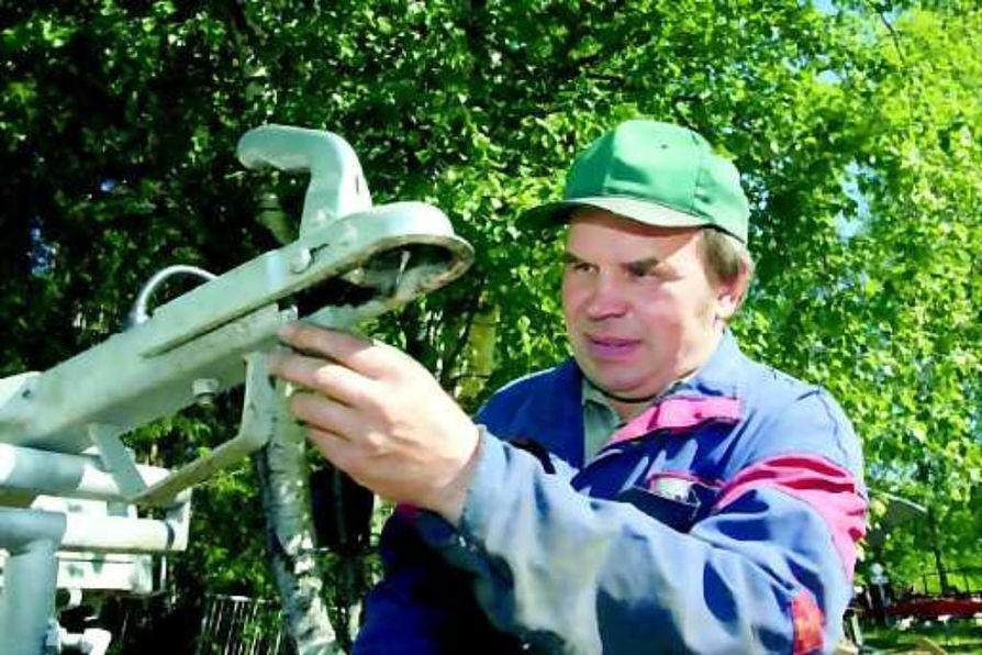 Huolto tärkeää . Peräkärryjen rakentaja Sauli Jurvakainen muistuttaa, että perävaunun kytkentälaitteen puhdistaminen estää kärryn kolinat vetokoukussa.