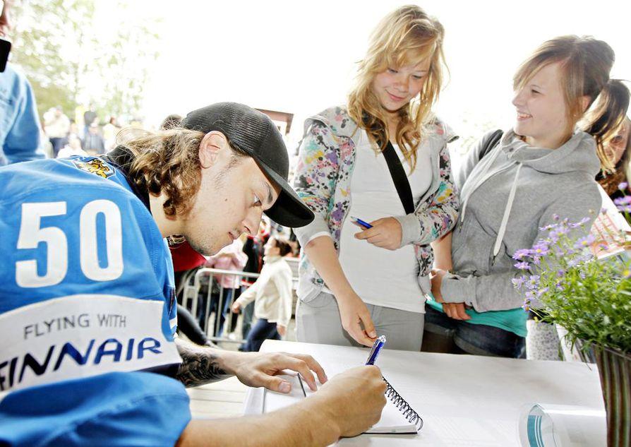 Maailmanmestari Juhamatti Aaltonen jakoi nimikirjoituksia ihailijoilleen Iin kansanjuhlassa 12. kesäkuuta 2011.