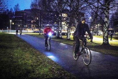 """Pyöräilijä voi saada puuttuvasta takavalosta 40 euron liikennevirhemaksun – Lapin poliisi valvoo valojen käyttöä: """"Tummiin vaatteisiin pukeutunut, valoton pyöräilijä on hyvin vaikea havaita taajamissakin"""""""