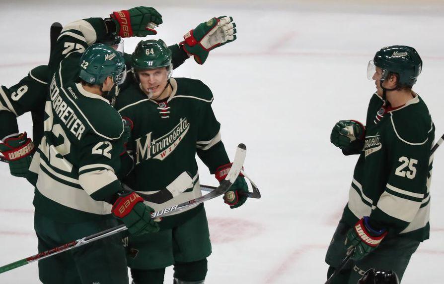 Minnesota Wild on tehnyt kolmevuotisen jatkosopimuksen hyökkääjä Mikael Granlundin (keskellä) kanssa.