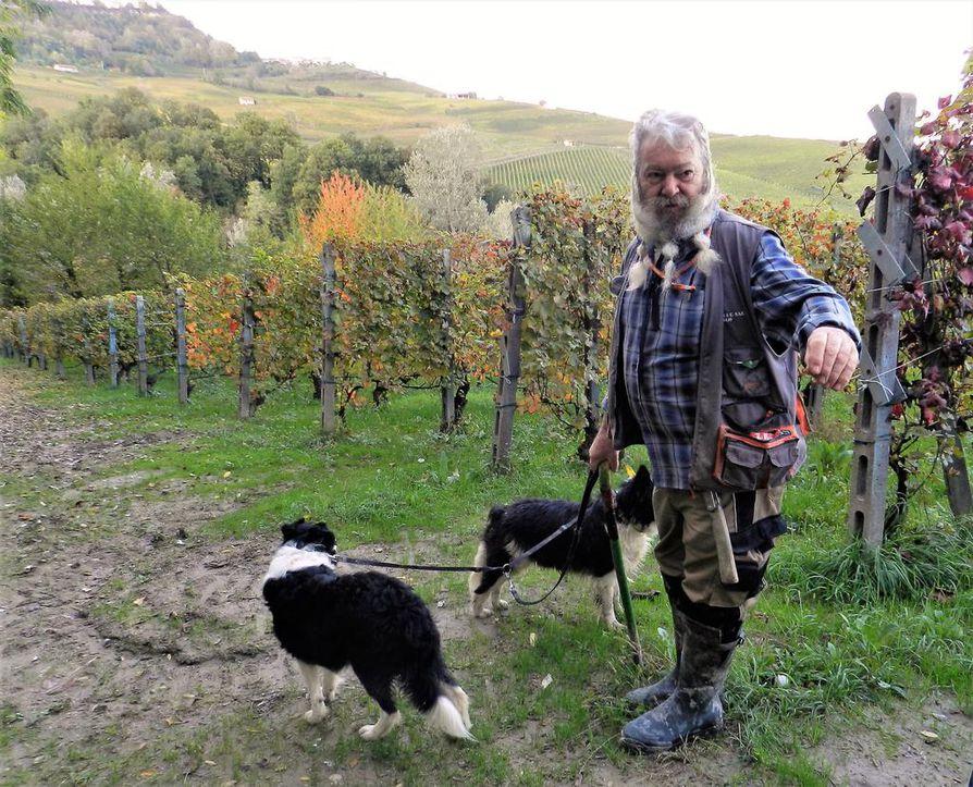 Igor Bianco on ammatiltaan tryffelinmetsästäjä. Ilman koiriaan Lolaa ja Susia hän ei arvokkaita valkotryffeleitä löytäisi Barolon metsistä.