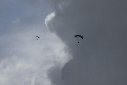Laskovarjosotilaat laskeutuvat Pudasjärven lentokentälle