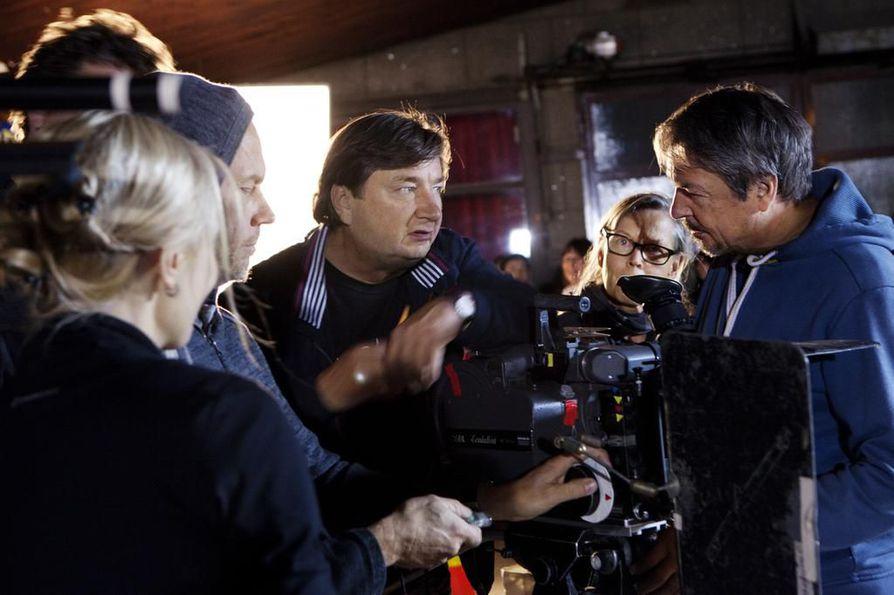 Aki Kaurismäki (keskellä) Toivon tuolla puolen -elokuvan kuvauksissa.