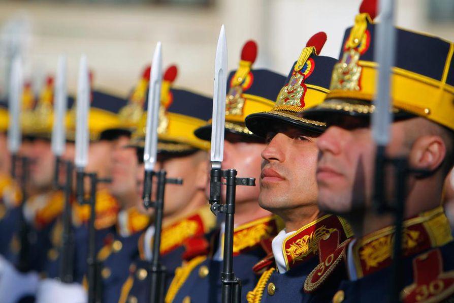 Näin komeasti juhlivat romanialaissotilaat Nato-päivää pääkaupunki Bukarestissa huhtikuun alkupuolella. Romania on ollut Naton jäsen vuodesta 2004.
