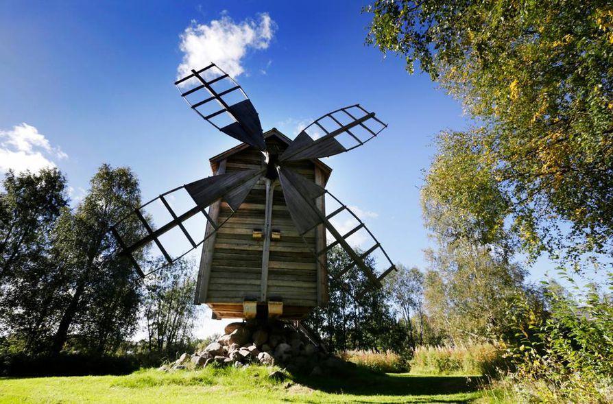 Turkansaaren vanha tuulimylly on niin sanottu jalkamylly, Se on siirretty Turkansaareen Viskaalin tilalta Muhokselta.