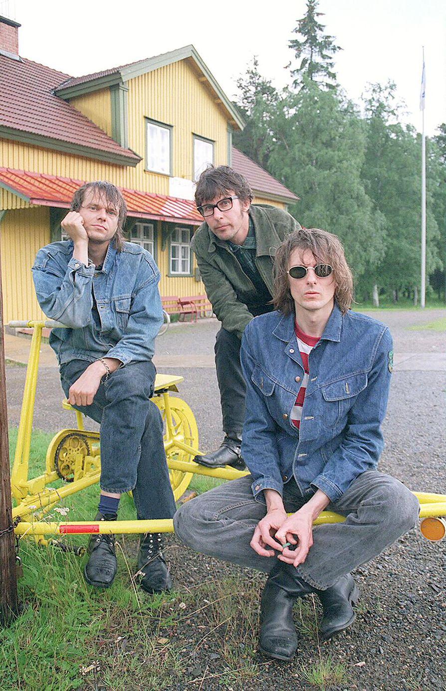 22-Pistepirkko kotipitäjänsä Utajärven maisemissa syksyllä 1996. Kuvassa PK Keränen (vas.), Espe Haverinen ja Asko Keränen.