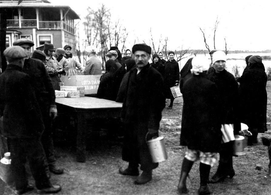 Nälkä oli harvoin kaukana. Marraskuussa 1931 Oulun lotat jakoivat Raatissa ilmaista keittoruokaa.
