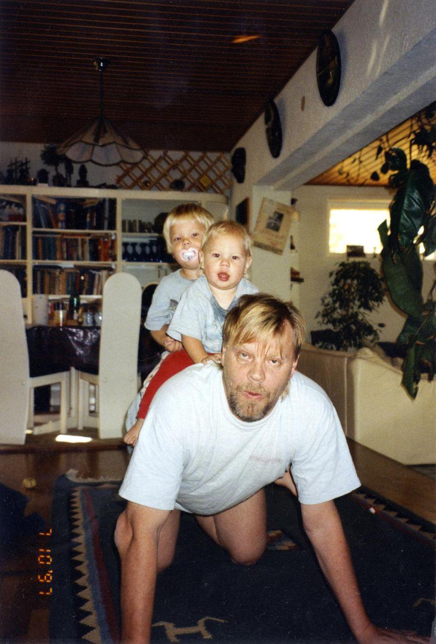 Vesa-Matti Loiri syksyllä 1997 poikiensa Ukon ja Sampon kanssa.