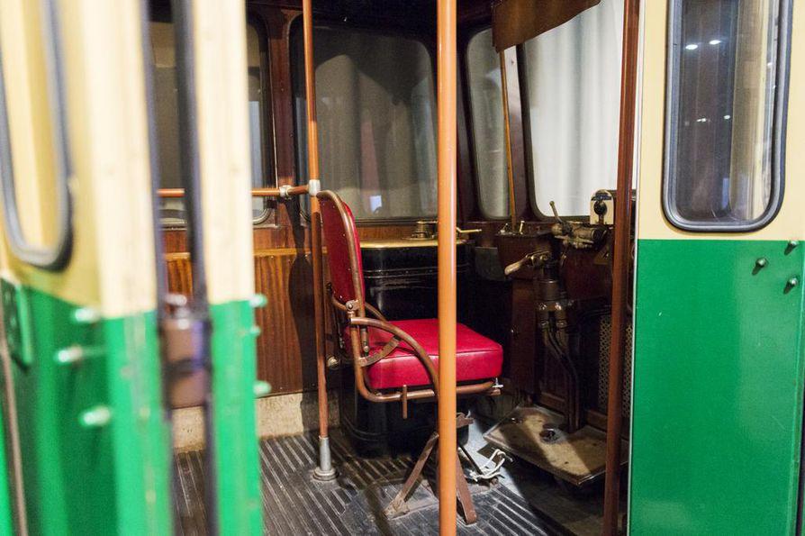 Vanhassa raitiovaunussa voi istahtaa joko matkustajan tai kuljettajan paikalle.