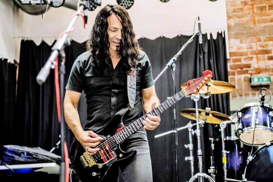 Kitara on osa Blairin identiteettiä. Soittamisen lisäksi Blair rakentaa kitaroita ja opettaa kitaransoittoa.