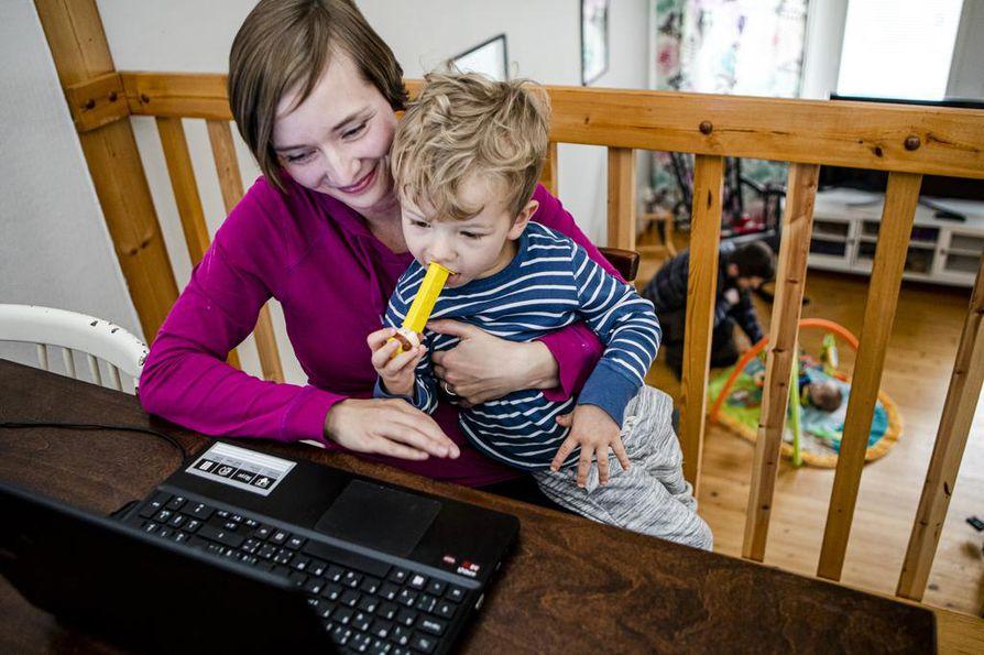 Noora Vatanen valmistuu pian sosionomiksi. Hän on saanut opiskelujen aikana kaksi lasta, Matiaksen ja Viliamin. Opiskelun ja perhearjen yhdistämisestä iso kiitos kuuluu puoliso Ladislav Poppille. –¿Olemme tasavertaisia vanhempia. Lasten saaminen on elämän paras asia. Uskon, että äitiydestä on omalla alla myös hyötyä.