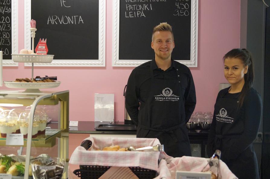 Vilma Honkonen ja Pasi Kangaskorte työskentelevät Oulun uusimmassa kahvilassa Stockholmissa.