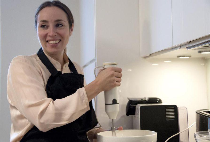 """Anni Hautala kertoo rakastavansa ruoanlaittoa ja kokkaavansa mielellään illanistujaisia varten. """"Sain Masterchefissä kokemuksen flow-tilasta, jossa ei ehdi ajatella mitään muuta. Se oli aivan ihanaa!"""", Hautala sanoo."""