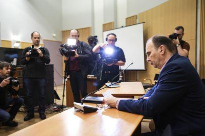 Kuopion kouluhyökkääjä on vangittu epäiltynä murhasta ja murhan yrityksistä – miestä ei näytetty medialle edes videolta