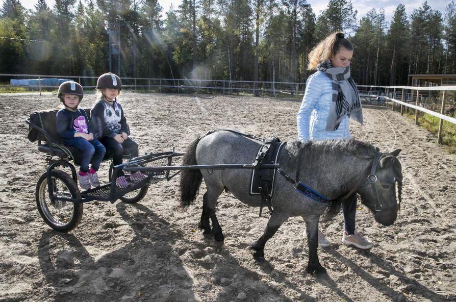 Osta tilalta! –päivä järjestettiin neljättä kertaa. Pihla ja Lilja Laurila pääsivät poniajelulle. Milla Kurkela taluttaa.