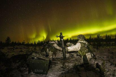 Katso kuvat: Revontulet leiskuivat Rovajärvellä sotaharjoituksessa