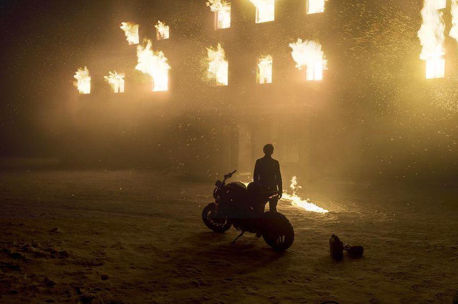 Talvisessa Ruotsissakin voi tulla kuumat paikat, kuten Lisbeth Salander (Claire Foy) joutuu toteamaan moneen otteeseen.