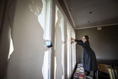 Visio jättimäisestä mokkapalasta sai muhoslaisen Jenni Kinnusen avaamaan kotinsa kaikille avoimeksi taidegalleriaksi – perjantaina järjestettävässä tapahtumassa pohditaan tavallisuuden estetiikkaa