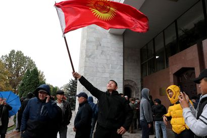 Vaalitulos johti mellakointiin Kirgisiassa – mielenosoittajat vapauttivat vangitun ex-presidentin ja sytyttivät hallintorakennuksia tuleen
