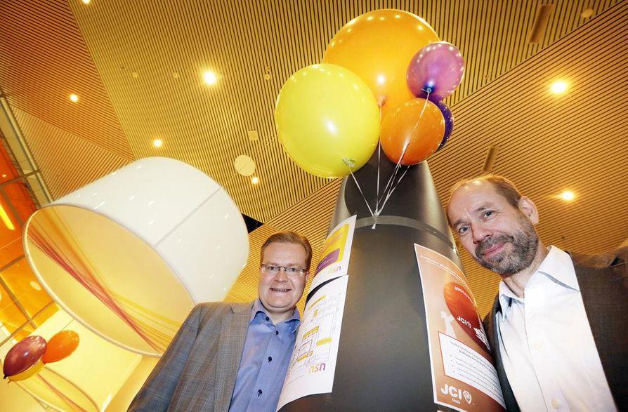 NSN:n maajohtaja Tommi Uitto (vas.) ja tutkimusjohtaja Lauri Oksanen sanovat, että matkapuhelinverkkojen tuotekehityksessä ja tutkimuksessa riittää tekemistä. Suomalaiset yksiköt ovat tekemisissään huippuluokkaa ja kokonaisuutena hinta-laatusuhteeltaan kilpailukykyisiä.