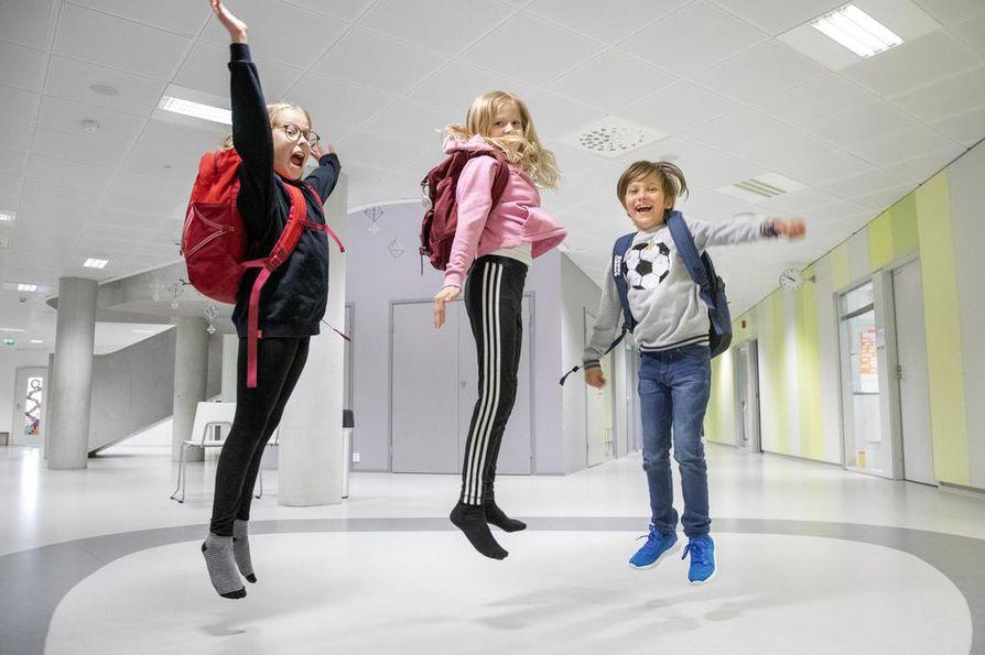 Kastellin koululaiset Eeva Majava, Juuli Puukka ja Panu Ruuskanen kantavat kaikki koulureppua laukun sijasta, sillä hyvin selkään istuva reppu sopivilla olkahihnojen säädöillä on selälle parempi valinta.