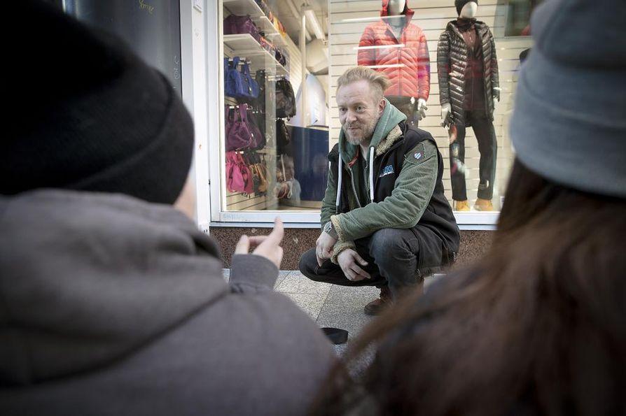 Walkersin toimintavastaava Perttu Kemppainen keskustelee Valkeassa kohtaamiensa nuorten kanssa. Aihepiirit liikkuvat päihteiden ja muiden nuoria kiinnostavien teemojen ympärillä.