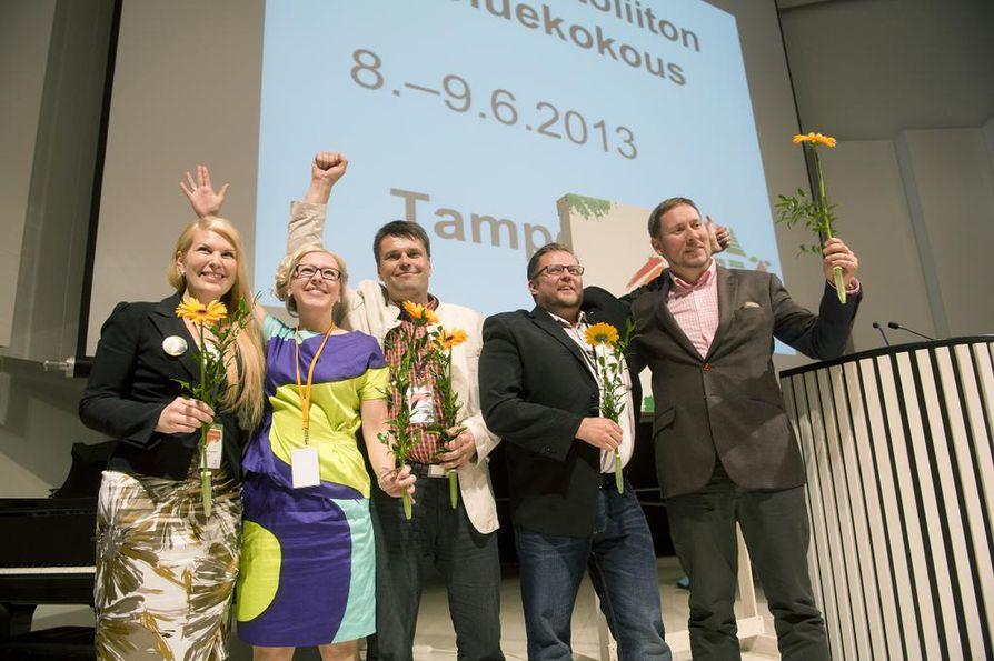 Vasemmistoliiton nykyinen johto valittiin kolme vuotta sitten Tampereella: kuvassa Sari Moisanen (2. vpj), Aino-Kaisa Pekonen (1. vpj), Kalle Hyötynen (3. vpj), puoluesihteeri Marko Varajärvi ja puheenjohtaja Paavo Arhinmäki.