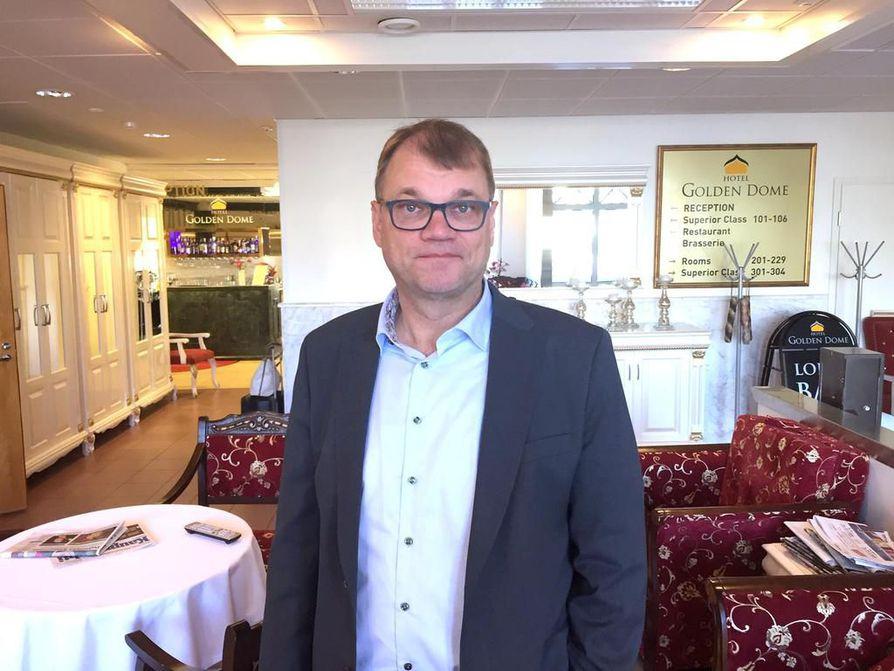 Juha Sipilä johtaa keskustaa vielä kolmisen viikkoa. Sitten valtikka vaihtuu. Sipilä on saanut jonkin verran työtarjouksia eduskunnan ulkopuolelta. Niihin hän ei ole tarttunut.