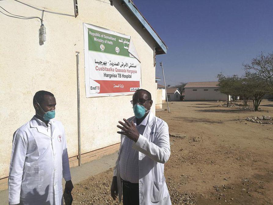 Hargeisan tuberkuloosisairaalan pihalla ovat keskipäivän paahteen aikaan vain vierailijat vastaanottavat lääkärit Hussein Mohamed ja Abukar Fahie.