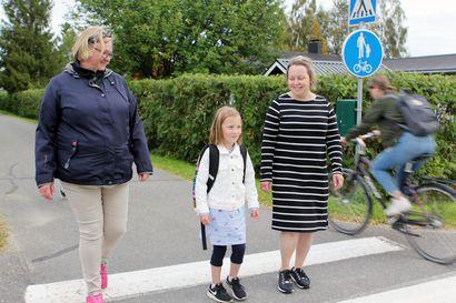 """Torniolaisten koulumatkaa turvasivat vapaaehtoiset suojatiepäivystäjät – """"Koulumatkalla on joskus sattunut onnettomuuksiakin, siksi tämä suojatiepäivystys on meille arvokas asia"""""""