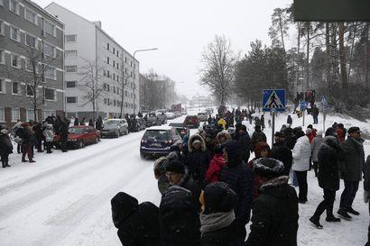 """""""Matti oli herkkä poika"""" – Sakea lumisade ei estänyt ihmisiä kerääntymästä katujen varsille kunnioittamaan mäkilegendan viimeistä matkaa"""