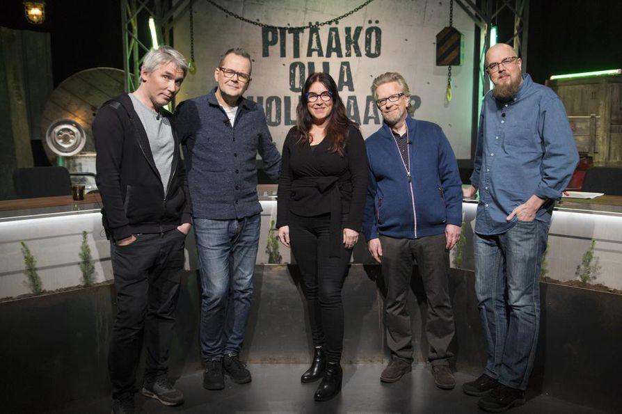Täällä taas: Miika Nousiainen, Kari Hotakainen, Jenni Pääskysaari ja Tuomas Kyrö. Tänään vieraana on Kari Enqvist (toinen oikealta).