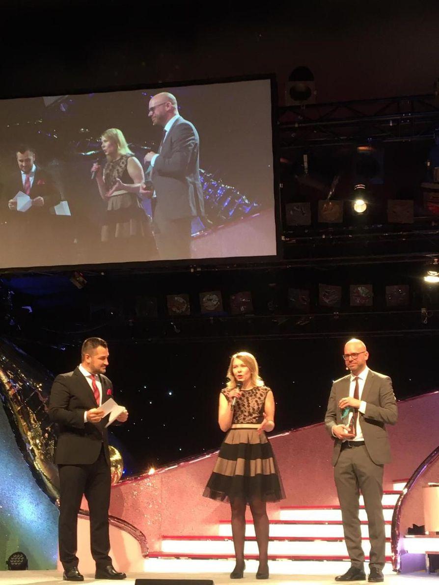 Iin Micropoliksen toimitusjohtaja Leena Vuotovesi otti palkinnon vastaan Berliinissä järjestetyssä gaalassa.