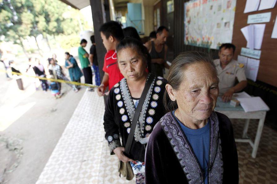 Äänestyspaikoille syntyi jonoa sunnuntaina Thaimaassa.