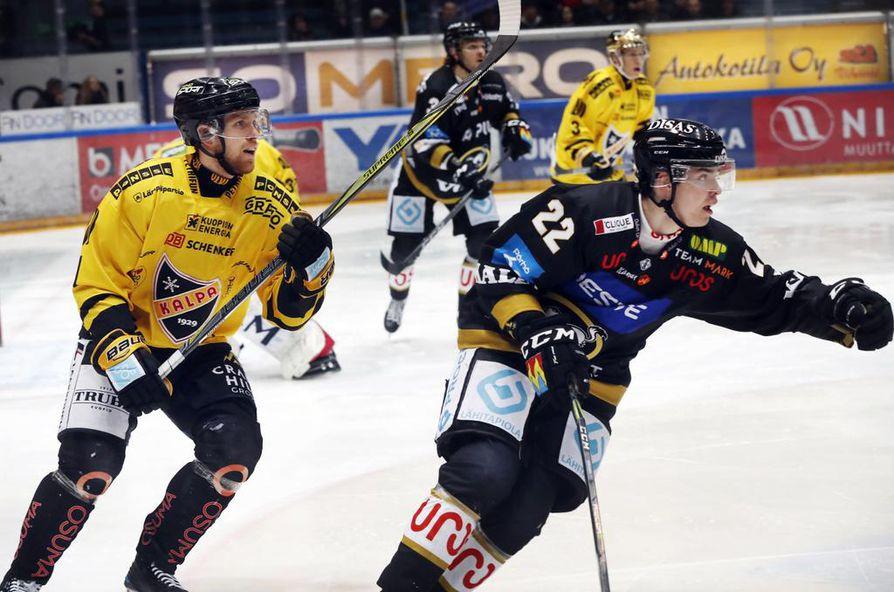 Kärpät aloittaa harjoituspelit KalPa-ottelulla. Kuvassa numerolla 22 pelaava Taneli Ronkainen on sivussa loukkaantumisen vuoksi.