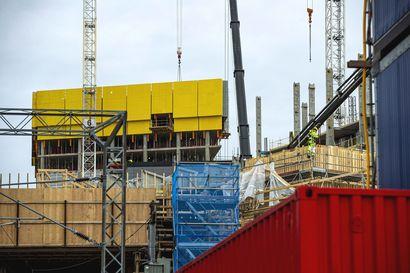 Rakennusteollisuus toivoo ulkomaalaisten työntekijöiden jäävän toistaiseksi Suomeen – hallituksen rajoitukset eivät salli työmatkaliikennettä rakennustyömaille