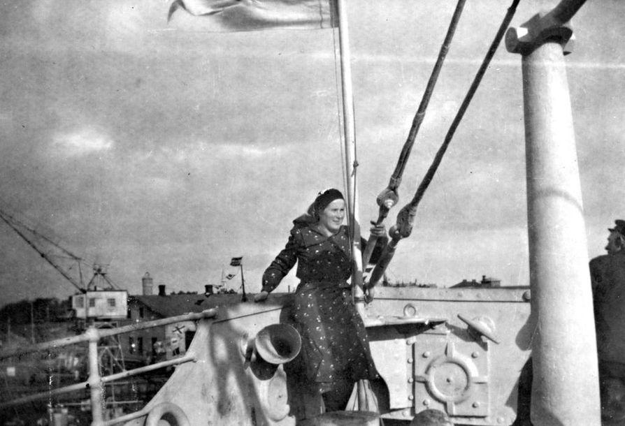 Hailuotolainen Helvi Isola-Pernula sillilaivassa Islannin vesillä 1930-luvun lopulla.