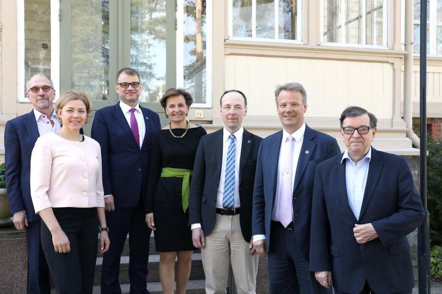 Nykyisiä meppejä pääministeri Juha Sipilän vieraana kesällä 2017 Kesärannassa. Heistä seuraavissa eurovaaleissa eivät ole ehdolla Paavo Väyrynen (oik.), Hannu Takkula ja Jussi Halla-aho. Anneli Jäätteenmäki ja Nils Torvalds harkitsevat vielä. Henna Virkkunen on jo päättänyt, että lähtee ehdokkaaksi.