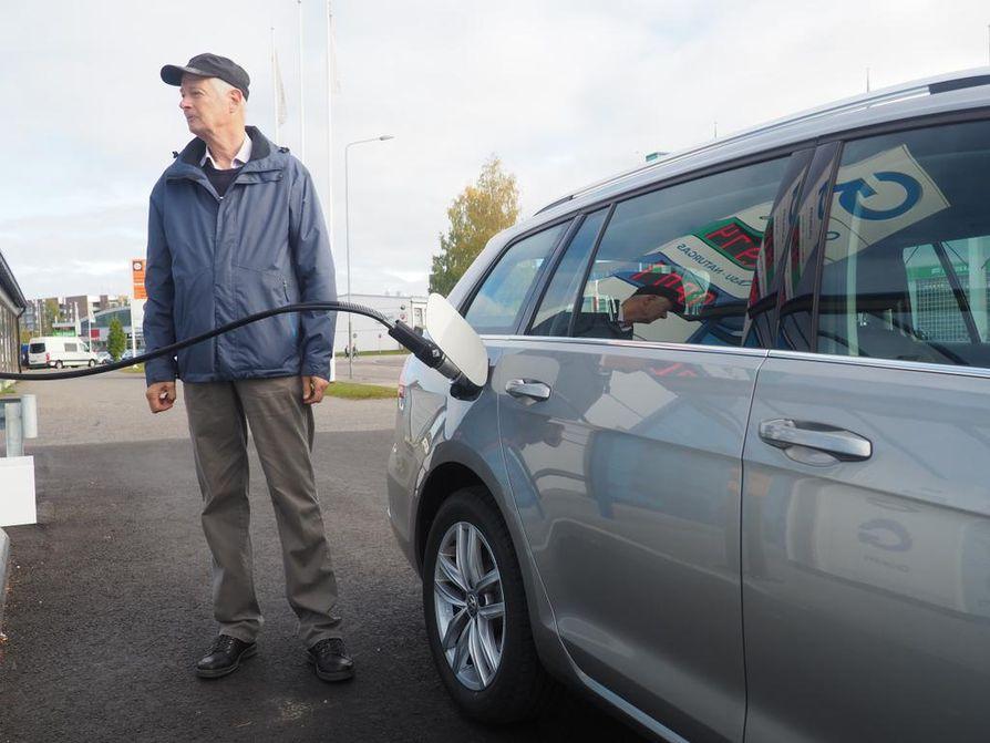 """Biokaasua mahtuu Golfin komposiittitankkeihin enimmillään runsaat 17 kiloa. Tankkaus kestää hieman kauemmin kuin bensapumpulla, mutta hoituu letkun kiinnittämisen jälkeen täysin automaattisesti. """"Kaasuajossa auton ääni on vähän hiljaisempi, muuten en huomaa mitään eroa bensiiniin"""", Tapio Leppinen sanoo."""
