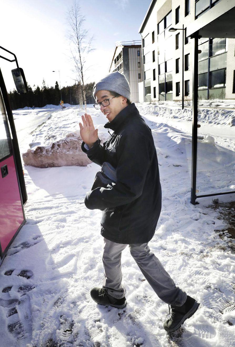 Samuel Roccoli odotteli bussia Oulun Ritaharjussa keskiviikkona alkuillasta. Tuleva keskiyön jälkeinen lisäbussivuoro linjalla kaksi Ritaharjun suuntaan on hänen mielestään hyvä asia. –Se helpottaa kulkemista esimerkiksi silloin, kun juna tulee Ouluun vasta myöhään yöllä. Muutenkin käytän bussia viikoittain, ja enemmänkin varmasti käyttäisin, jos minulla olisi töitä, Roccoli kertoi.