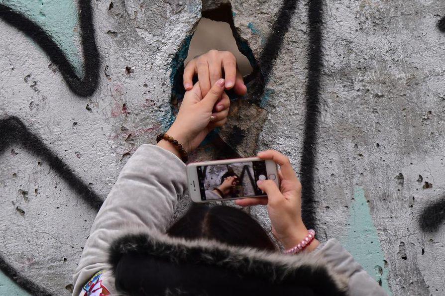 Berliinin muurin jäänteillä otetaan enää muistokuvia. Muurin murtumisesta tuli eilen kuluneeksi tasan 30 vuotta.