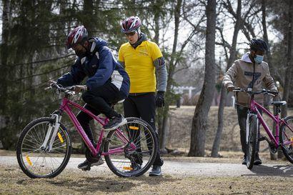 Kun aikuinen opettelee pyöräilemään, tasapaino löytyy töpötellen – Huonoin mahdollinen opettaja on silloin oma puoliso