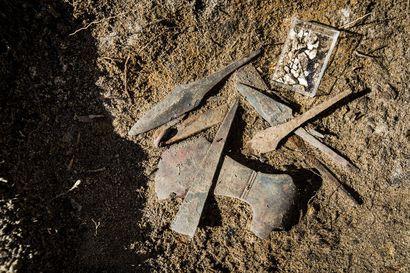 Savukosken metsistä paljastui jopa 1 000 vuotta vanha muinaishauta aseineen ja koruineen – sotavainajien etsijä teki sattumalta löydön, joka toi Museoviraston tutkijat nopeasti paikalle
