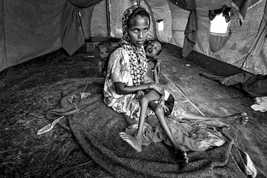 Somaliasta paennut äiti piti sylissään vammaista lastaan Keniassa sijaitsevalla pakolaisleirillä viime kuun lopussa.