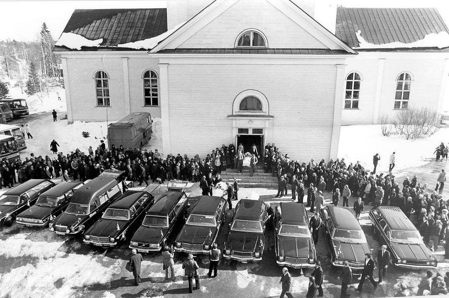 Kostamuksen bussiturman uhrien muistotilaisuus järjestettiin Kuhmon kirkossa 4. huhtikuuta 1980.