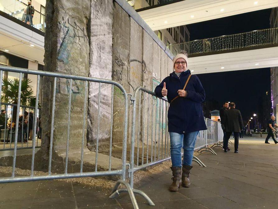 Berliiniläinen Gaby Kraft kertoo hakanneensa muuria alas muiden mukana 30 vuotta sitten. Muistoksi otetut palaset ovat vuosien kuluessa päässeet katoamaan.